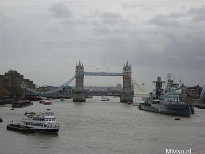 Foto van de London Bridge met boten in het water onder de brug